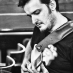 Martin Miller alla chitarra